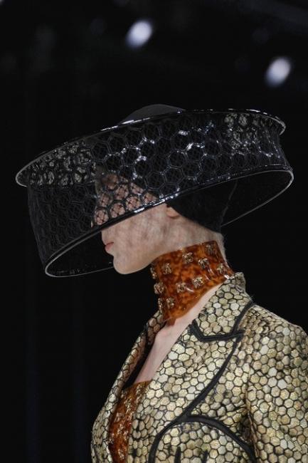 Alexander McQueen S/S 2013 – Кралицата – майка