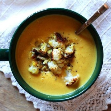 Топла пикантна супа с карфиол и кокосово мляко