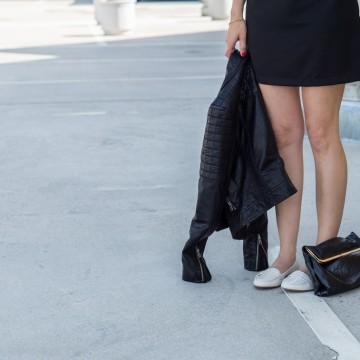 Малка черна рокля и прекрасни бели мокасини