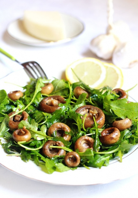 Салата от печурки с чесън и рукола
