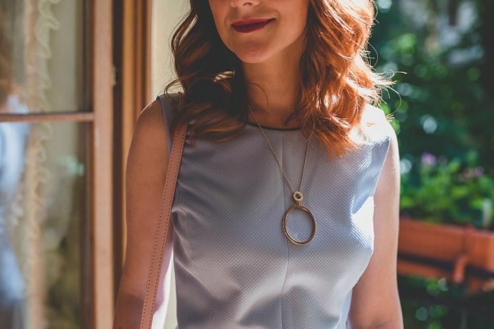 С елегантна рокля в пастелно синьо и романтични аксесоари за разкош