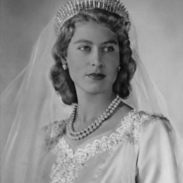 Легенда за една рокля: Как се омъжила Елизабет ІІ