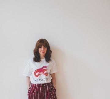 С тениска и къс панталон с висока талия