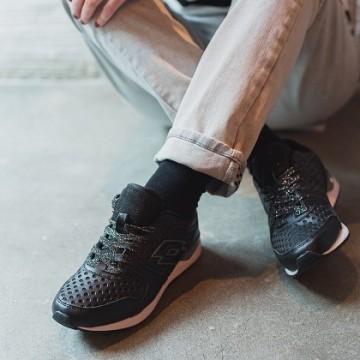 С тениска на райета, изтрити джинси и удобни спортни обувки