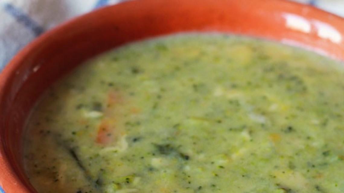 Зимна супа с броколи, картофи и сирена