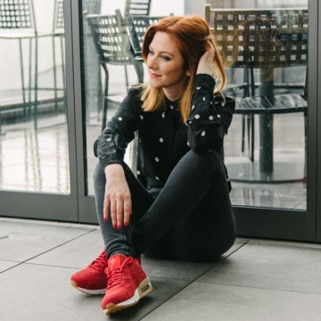С риза на точки, черни джинси и огненочервени маратонки