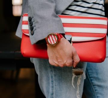 Находка на деня: Червена чанта и часовник в тон