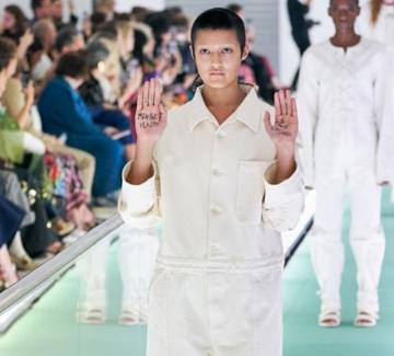 Защо модел на Gucci протестира срещу дрехите, които облече?