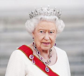 От другата страна на монетата: Каква е кралицата според нейната лична шивачка?