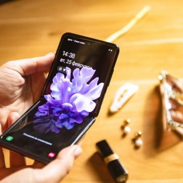 Смартфон или новото ми красиво бижу? И двете!