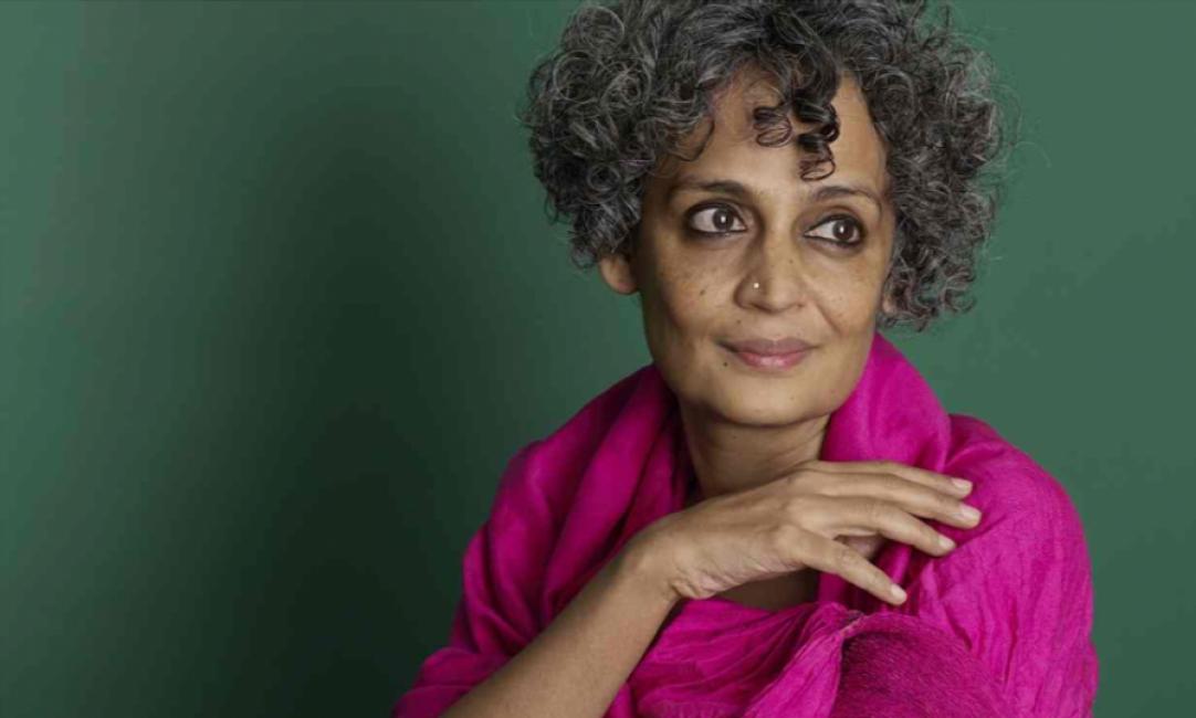 Писателката Арундати Рой: Индия е кървавата перла в короната на вируса