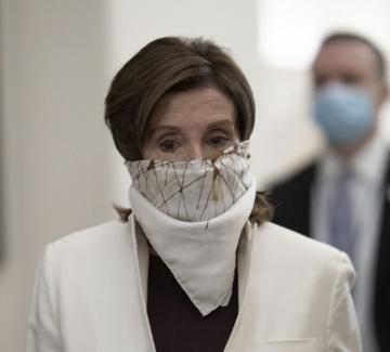 Нанси Пелоси демонстрира личен стил в маските