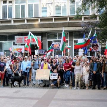Протестиращите пред БНТ: Радикални мерки, ако Кошлуков не подаде оставка