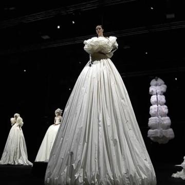 Екстремно дългите рокли на Valentino бяха показани в Рим