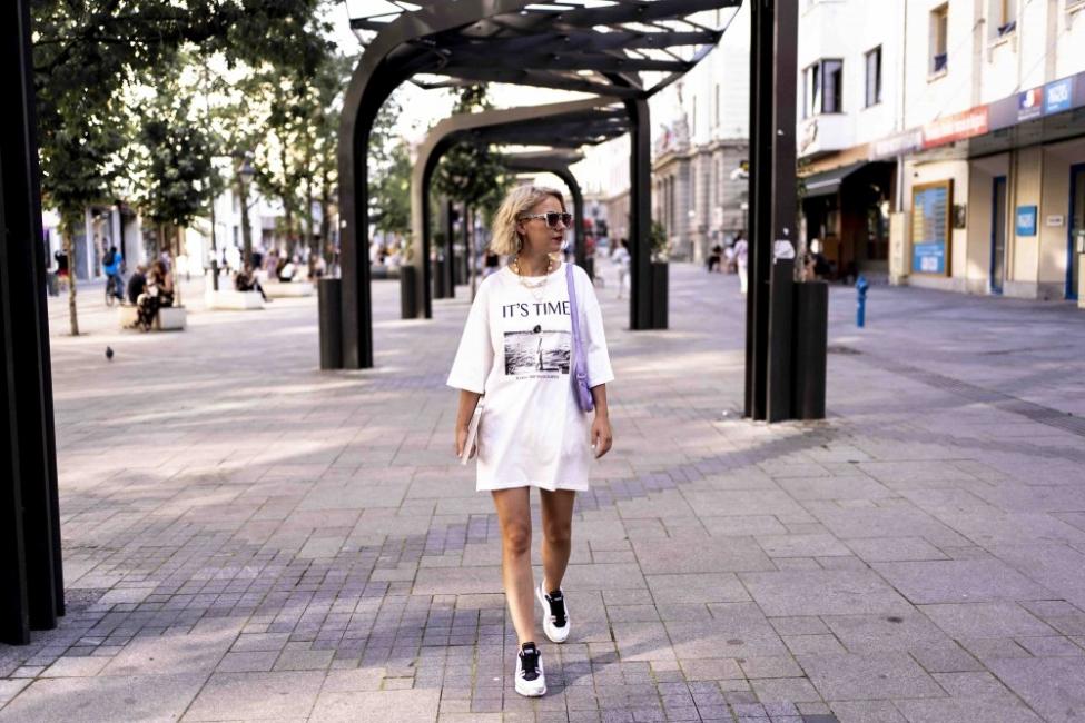 Как да носим тениската като рокля с маратонки
