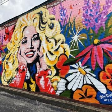 Посветиха графит на Доли Партън заради подкрепата й за #BlackLivesMatter