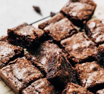 Брауни с черен шоколад, череши и морска сол