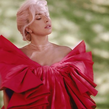 Лейди Гага, по-женствена от всякога