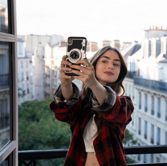 """10 модни неща, които харесахме в новия хитов сериал """"Емили в Париж"""""""
