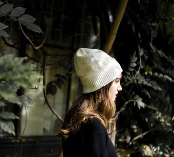 Находка на дена: топла мека шапка от Calvin Klein