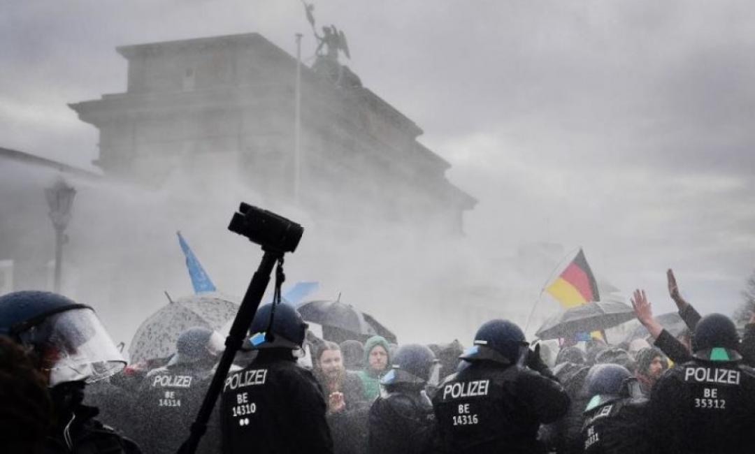 Хиляди на протест в Берлин срещу мерките