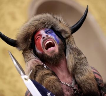Кой е мъжът с рогата, щурмувал Капитолия?