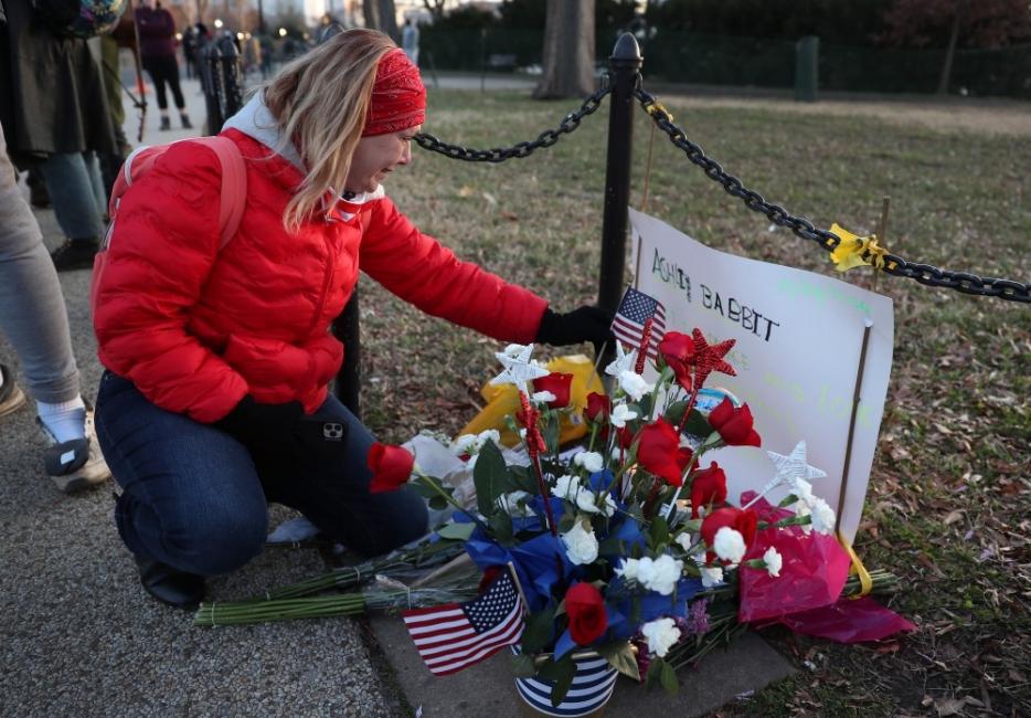 Конспирациите, в които е вярвала застреляната в Капитолия жена