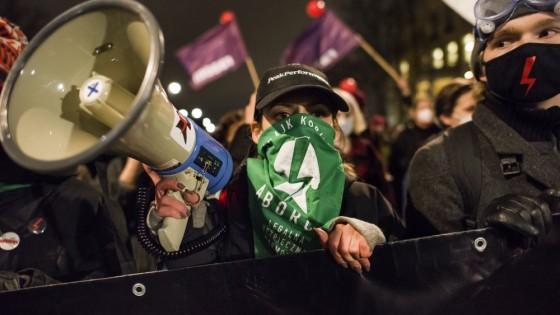 На цинизма в Полша жените отговарят с протести