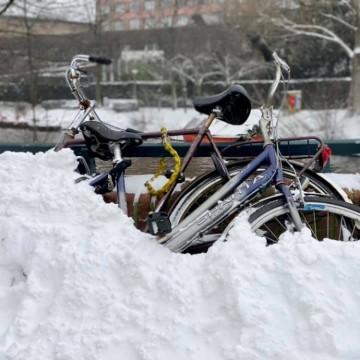 В Нидерландия – снежна буря, в България – плаж