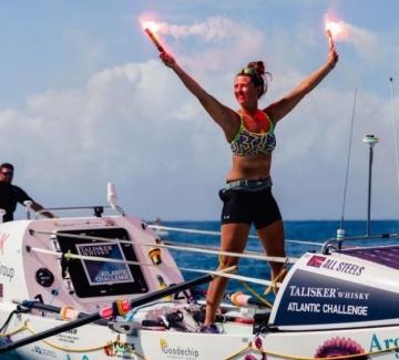 Тя е на 21 и е първата жена, прекосила сама Атлантическия океан