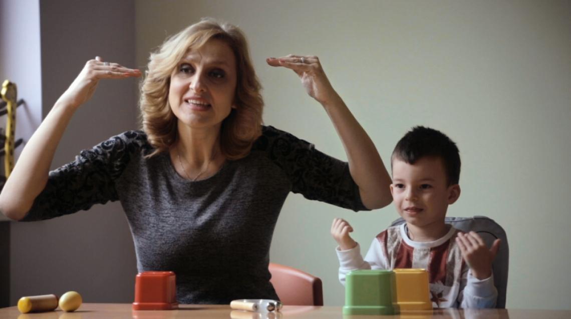 Историята на жестомимичния преводач Таня Димитрова в документален филм