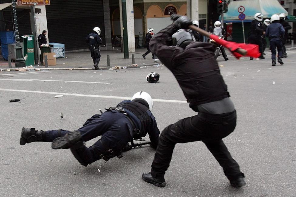 В Гърция: тежки мерки и още по-тежки сблъсъци с полицията
