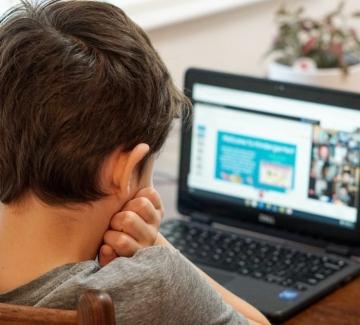 Извънреден брифинг: Обявиха варианта за връщане на децата в училище