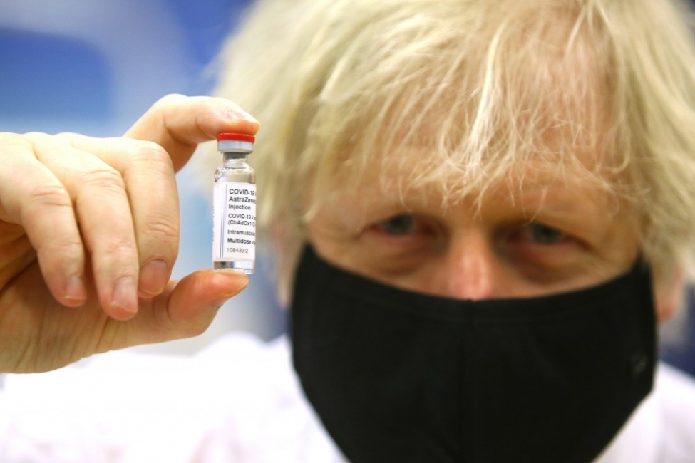 Борис Джонсън демонстративно се ваксинира с АстраЗенека