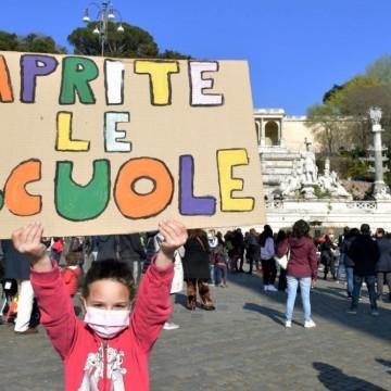 Масови протести срещу затварянето на училищата в  Италия