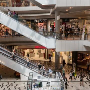 Поредно безумие – отварят големите магазини в малки пространства