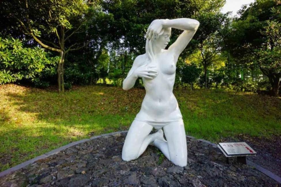 """Еротичните скулптури в южнокорейския """"Любовен парк"""""""