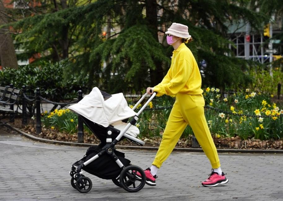 Модно вдъхновение за уикенда: Джиджи Хадид в пролетно жълто