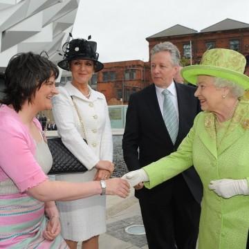 Кралица Елизабет II и отнетите почетни звания
