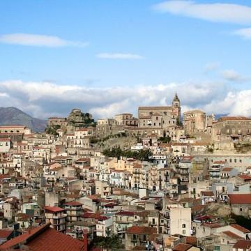 Къща в Сицилия на цената на едно кафе - къде е уловката