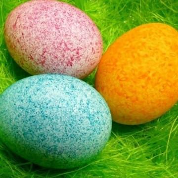 Да боядисаме яйцата чрез интересна техника с ориз