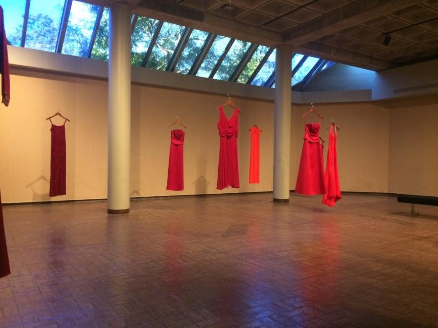Как червената рокля се превърна в символ на насилието над жени