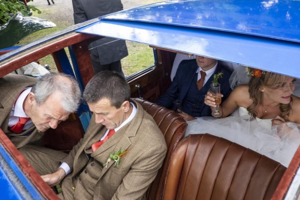 Фотографът, който заснема сватбите в тяхната откровена хаотичност