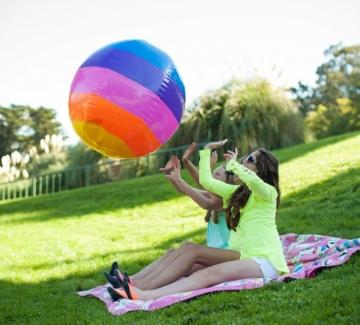 Време е за пикник с приятели в парка. Време е за Johnnie Blonde!