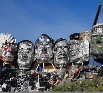 Скулптура от отпадъци посреща лидерите на Г-7