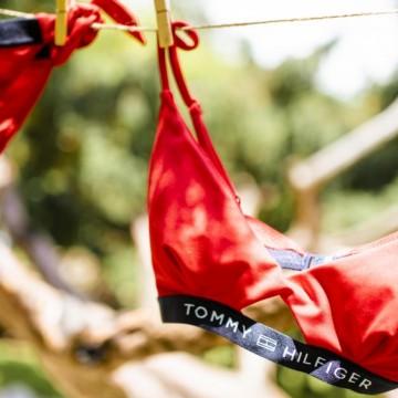 5 шопинг находки от Tommy Hilfiger с банските, които ще носим това лято