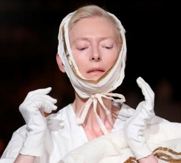 Тилда Суинтън, която превърна една изложба в красив пърформанс