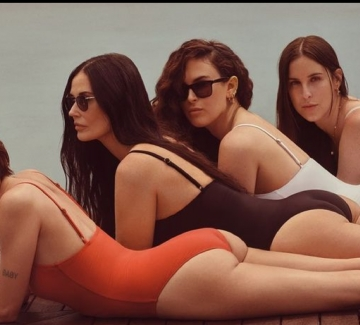 Деми Мур позира по бански с трите си дъщери