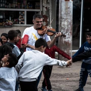 Васко Василев ни пренася в детството си с музика
