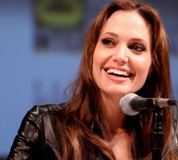 Анджелина Джоли връчи дипломи на пчелари във Франция